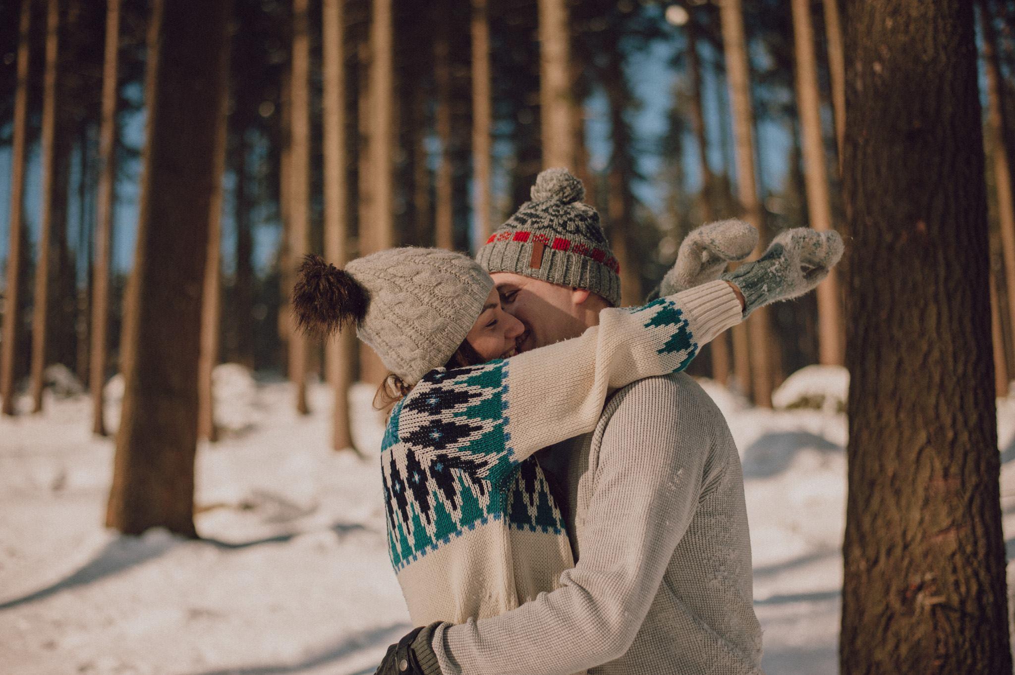 sesja narzeczeńska zimą w rudawach janowickich