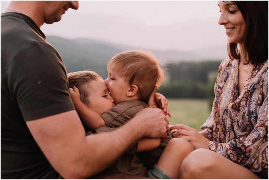 sesja rodzinna na łące Jawor